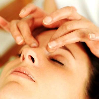 El masaje facial es una técnica recomendada.