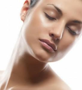 La piel grasa tiene un brillo característico.