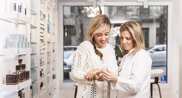 La de la derecha soy yo asesorando a una clienta en Farmacia Quintalegre Granada
